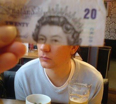 Illusion created using banknotes (11) 3