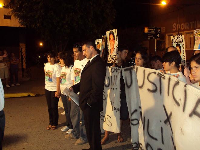 Baradero- Uno de los abogados de la causa, Daniel Castiñeli  junto a las madres