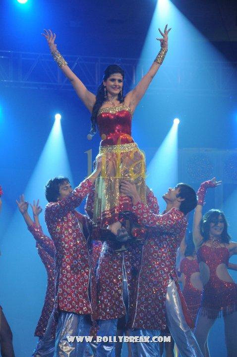, Zarine Khan Performs at IIFA Awards 2010