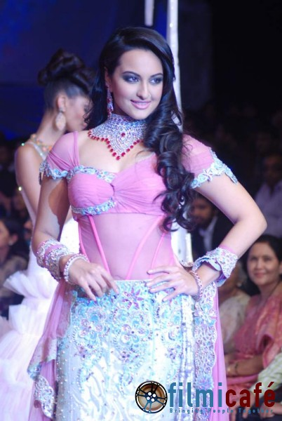 , Sexy Babes Walk The Ramp at IIJW 2010 - Sonakshi, Ayesha, Mudhga