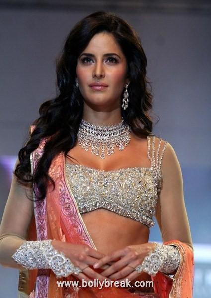 , Katrina Kaif Sexy Ramp Walk for Nakshatra Diamonds