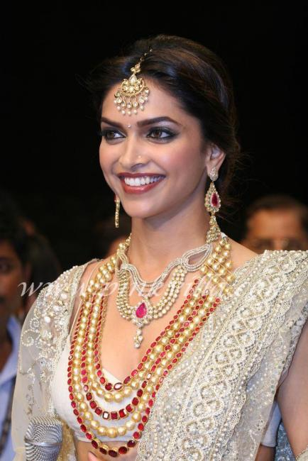 Deepika Padukone Ramp Walk for Farah Khan Ali at IIJW 2010