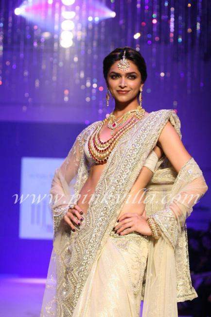 , Deepika Padukone Ramp Walk for Farah Khan Ali at IIJW 2010