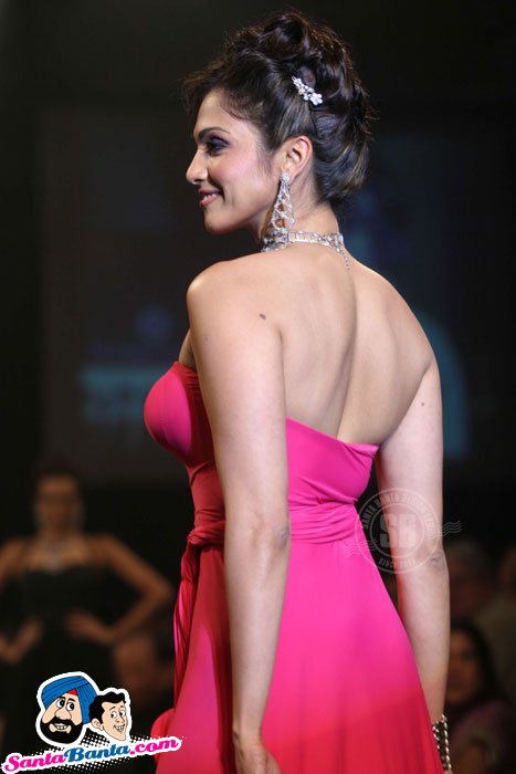 , Red HOT Eesha Koppikhar walks for Dwarkadas Chandumal Jewellers at IIJW 2010