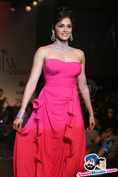 , Red HOT Eesha Koppikhar walks for Dwarkadas Chandumal Jewellers at IIJW 2010