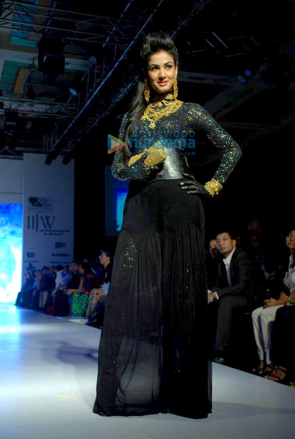 Sexy Sonal Chauhan Walks for CVM Exports at IIJW 2010