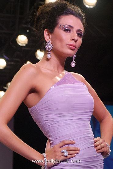 Hot Models Walk the ramp at Indian Jewellery Fashion Week