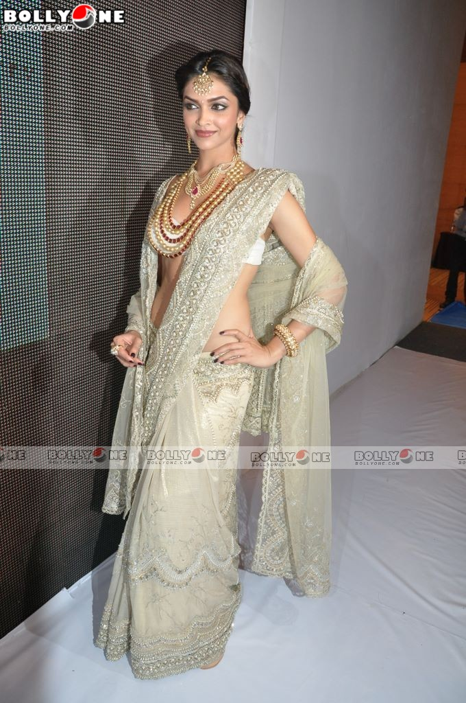 , Deepika Padukone Hot Pics in Sexy Dress at IIJW 2010