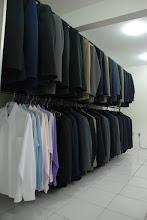 Ternos, camisas sociais coloridas e acessórios