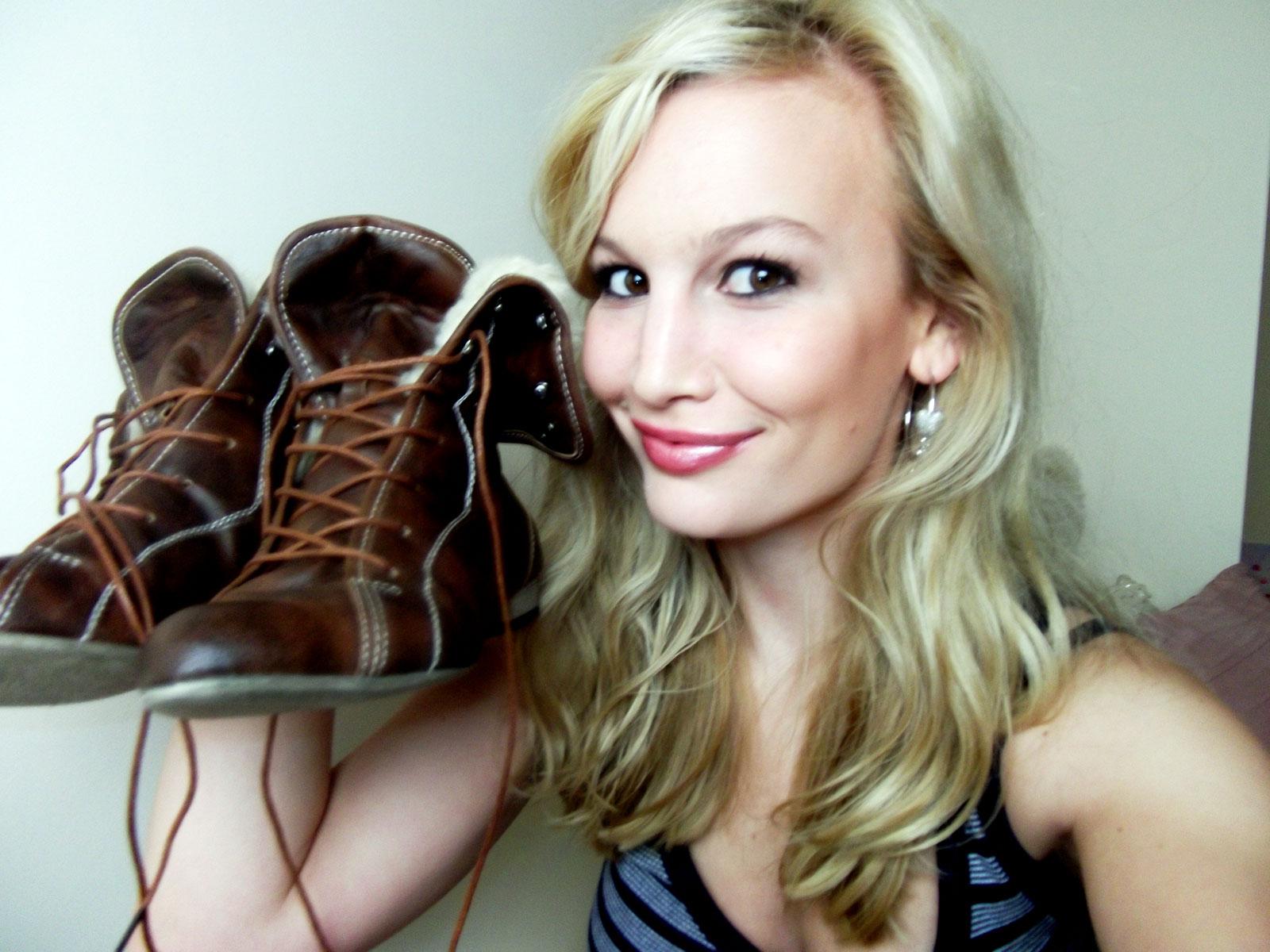 http://3.bp.blogspot.com/_NwQtJRkWjdo/TP2IazNOZ_I/AAAAAAAAGW0/KWqlHBmFr-U/s1600/Anna-Saccone-New-Boots.jpg