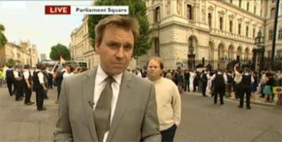 الرجل الذي يغزو كاميرات الأخبار-غرائب وعجائب-منتهى