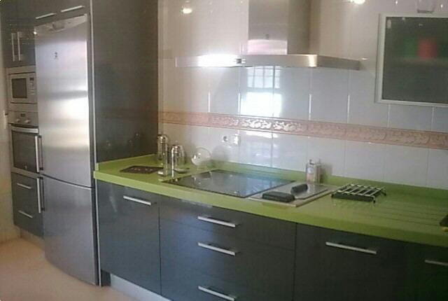 FORMICOCINA cocina formica gris oscuro, encimera silestone verde