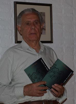 Juan Gálvez con su libro