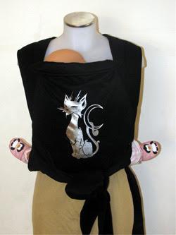 Μια ασημένια γατούλα σ' αυτόν το μάρσιπο αγκαλιάς για μωράκια από νεογέννητα ως 3 ετών περίπου!