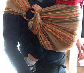 Η μαμά αυτής της φωτογραφίας, επιλέγει να κρύβει την ουρά του sling της κάτω απ' το μωρό