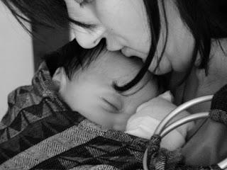 Κλαίει το μωρό γιατί πονάει; Θα μπορούσε να ηρεμήσει εύκολα σε μάρσιπο αγκαλιάς!