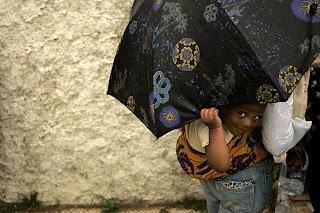 Δυο δυο κάτω απ' την ομπρέλα!