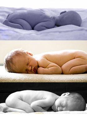 Ακόμα και ξαπλωμένα μπρούμυτα, τα νεογέννητα μωρά διατηρούν τα πόδια τους διπλωμένα σα βατραχάκια