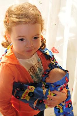 Πανέμορφη! Με το μωρό της αγκαλιά!