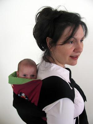 Νεογέννητο μωρό στην πλάτη σε mei tai.