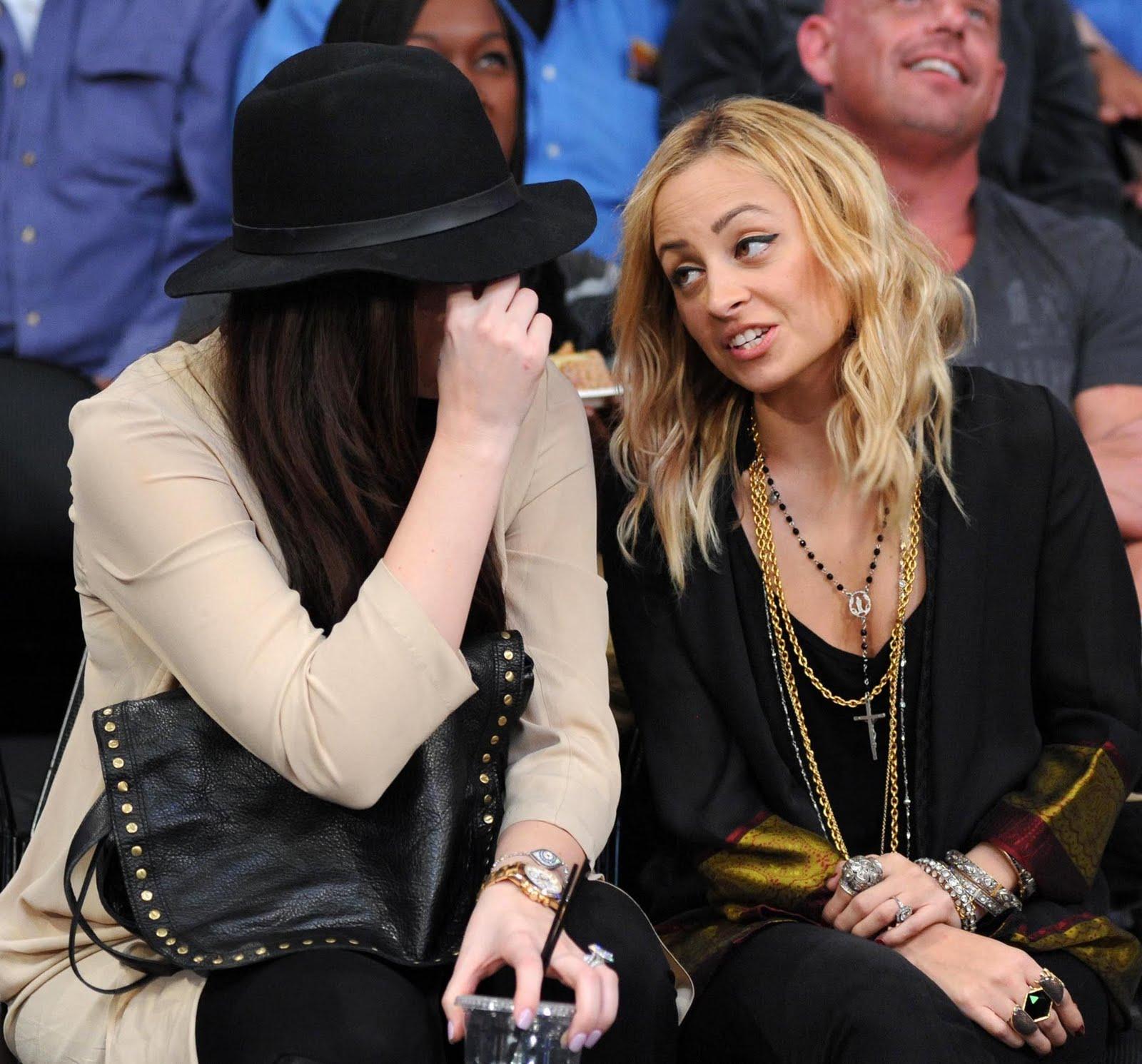 http://3.bp.blogspot.com/_O3gM_t4mi78/TUbb2XKlPcI/AAAAAAAABns/pWWpgTdKATw/s1600/nicole-richie-khloe-kardashian-lakers-7.jpg