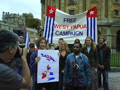 Mahasiswa Oxford University memegang solidarity postcard  berfoto bersama Pemimpin Papua Merdeka