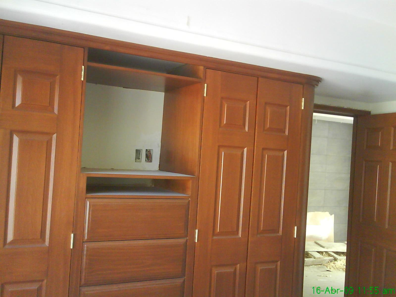In a closet jose cedillo closets con espacio para tv for Closet con escalera