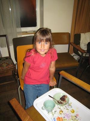 Настя кушает торт