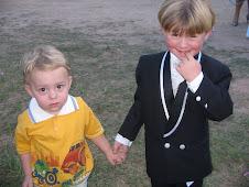 O pequeno LUIS CARLOS e o pajem RHIAN VITOR na festa.