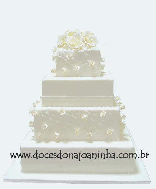 Bolo 4 andares decorado com rosinhas delicadas e arranjo de rosas brancas