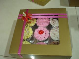 harga 1 paket seperti gambar diatas yang berisikan 24 buah cupcake