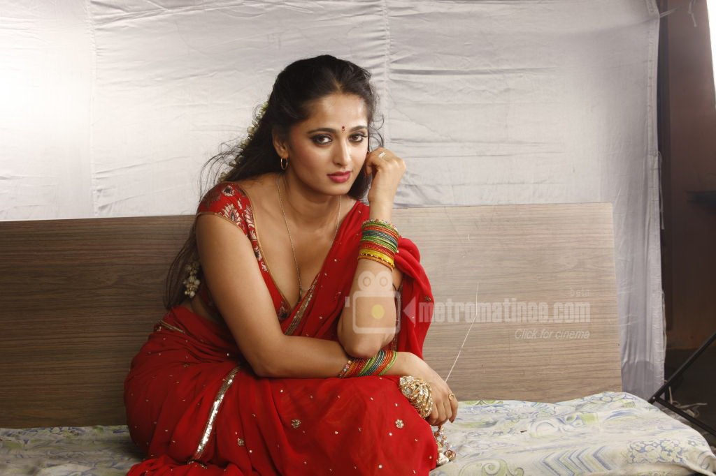 SAB HOT ACTRESS: Anushka Latest Hot Navel,Cleavage and Sexy Back Show