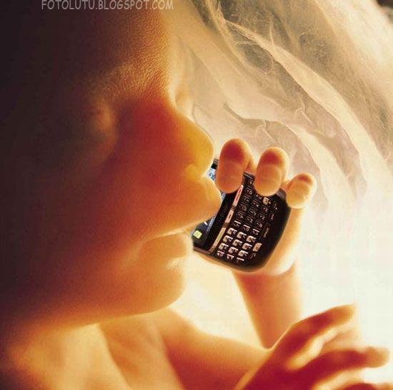 Dedek bayi asik telpon-telponan dalem perut