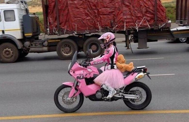 Pengendara motor alias biker... motornya keren juga nih. Cewek banget ...