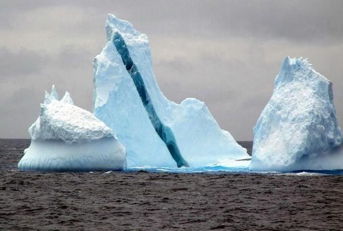 Gunung Es Yang Inddah Dan Unik Dengan Lapisa Warna Biru