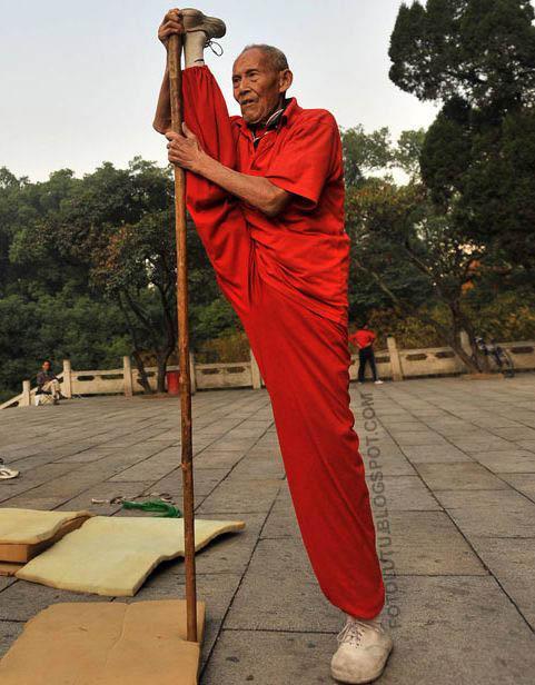 Kakek Jagoan Lagi Latihan Kungfu