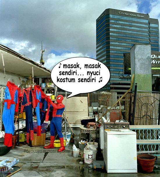 Pahlawan Super Swalayan Nyuci Kostum Sendiri