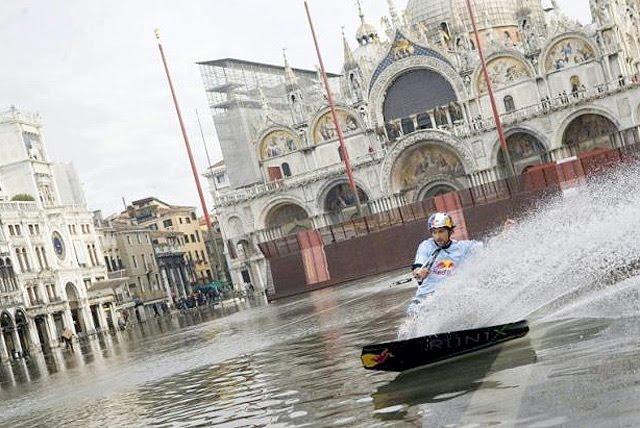Turis Yang Tidak Terganggu Banjir Bersenang-Senang