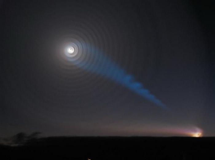 Cahaya Biru dan Spiral Yang Unik Di Langit