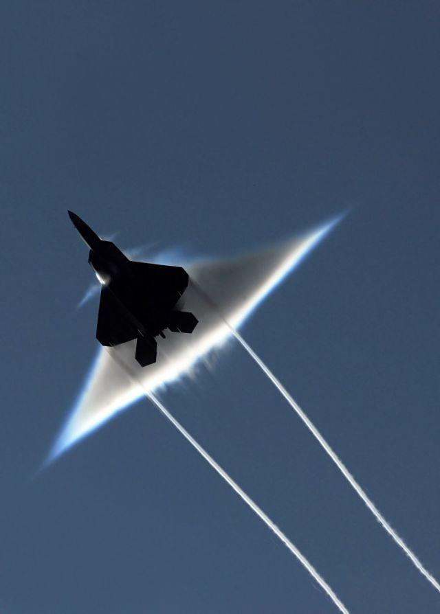 Corong Awan Ketika Pesawat Menembus Kecepatan Suara