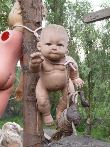 Boneka-Boneka Rusak Yang Tergantung Menimbulkan Kesan Aneh Dan Seram