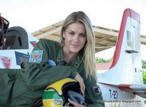 Cantik, Pirang, Tapi Pilot Pesawat Tempur