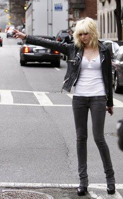 http://3.bp.blogspot.com/_OMjzXwce9aI/SuKwmW3pzFI/AAAAAAAAOB4/R51p6LW-8Xs/s400/Taylor+momsen+gossip+girl+clay+wash+skinny+jeans+SIWY.jpg
