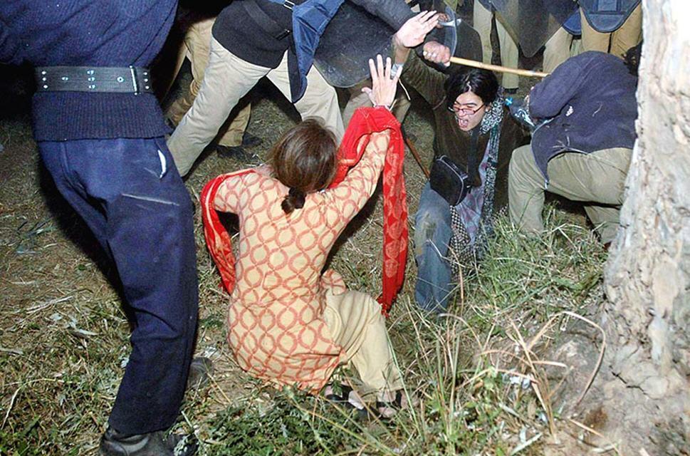 http://3.bp.blogspot.com/_OQKa51AUkxc/SwUoJ6CAvpI/AAAAAAAAAHg/q2_xqGzr7so/s1600/police_pakistan_barberian.jpg