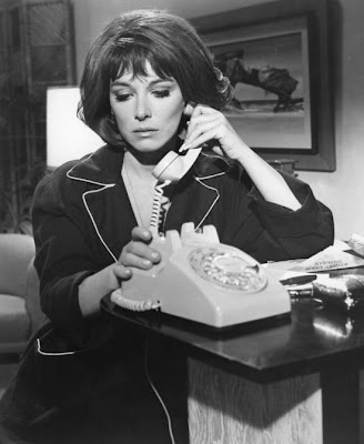 Lee Grant has one of the great sexy voices of cinema. I'd love to hear her talk on the phone.