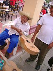 Carlos Escribano y su Media Guitarra