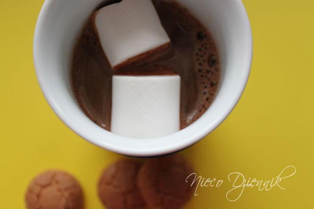 czekolada na gorąco pitna z piankami marshmallow