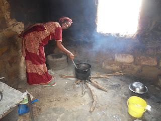 Esposa do Moustapha a cozinhar a nossa refeição