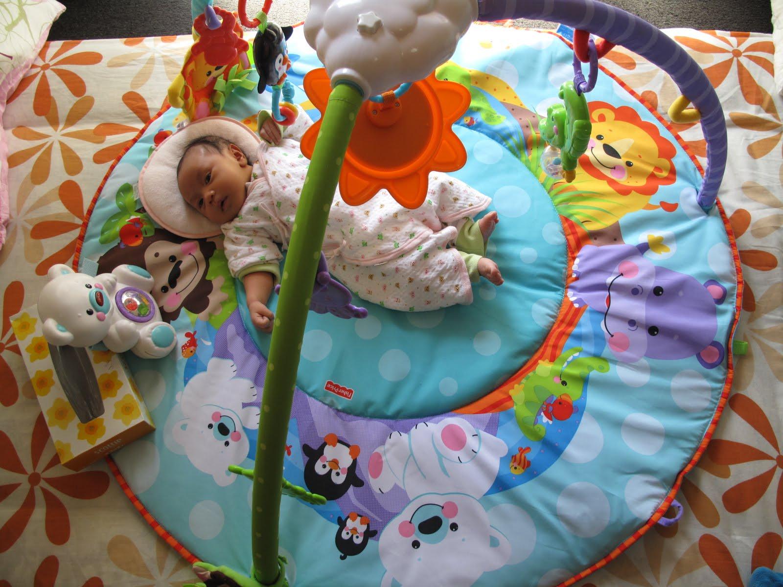 Kemaren dapet hadiah mainan dari Om Yusuf Mainannya bagus dan lucu Benika suka ban tuh Trus mamah Benika juga beliin mainan buat di baby box nya