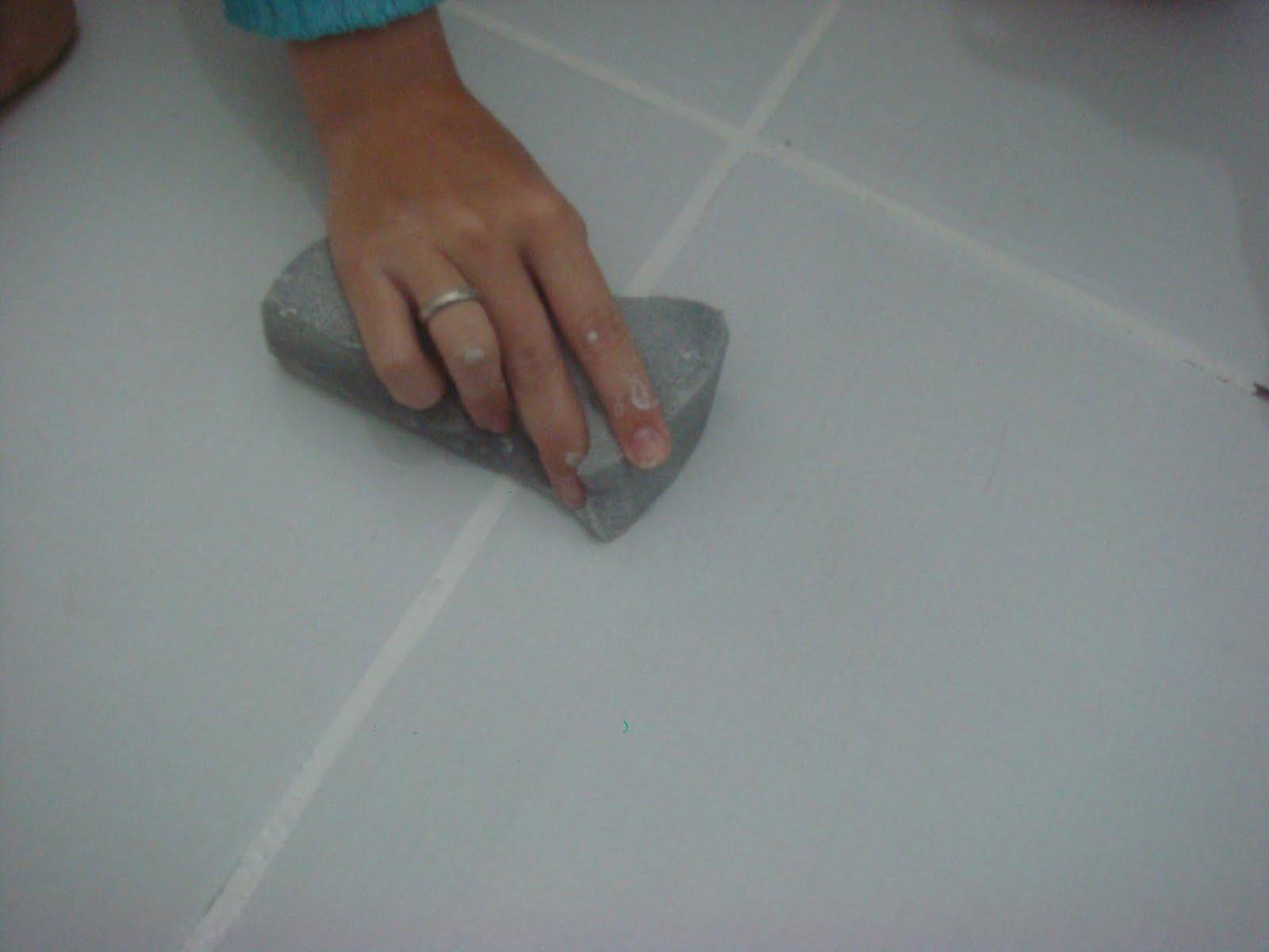 os dedos antes de manusear o produto para que ele não grude na mão #65483B 1600x1200 Azulejo De Banheiro Como Limpar